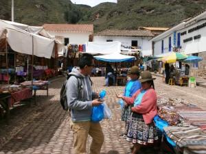 """Jorge in """"onderhandeling"""" op de markt van Pisac"""